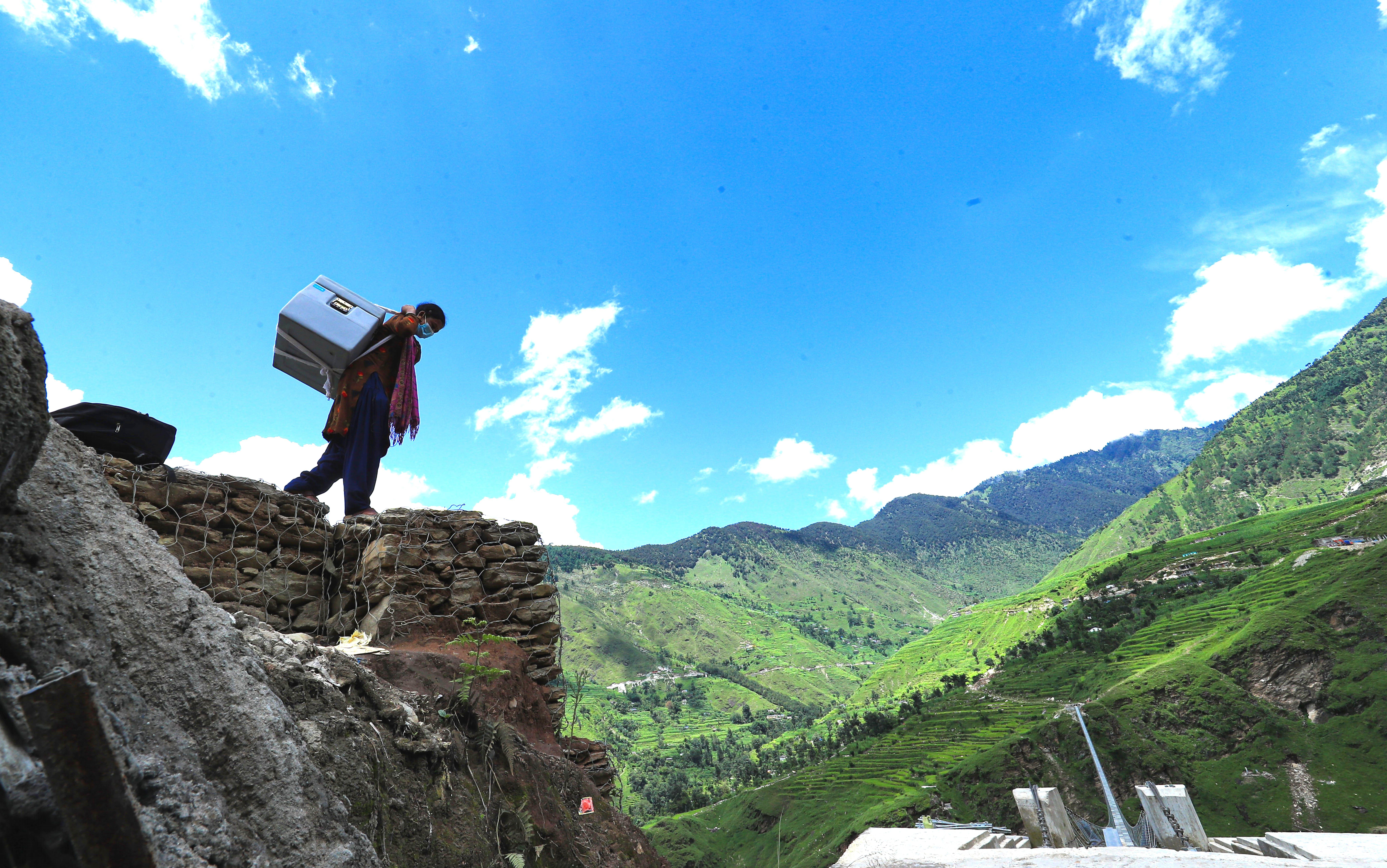 Birma, operatrice sanitaria, sta trasportando le dosi del vaccino anti COVID19 Johnson & Johnson in un'area remota del Nepal