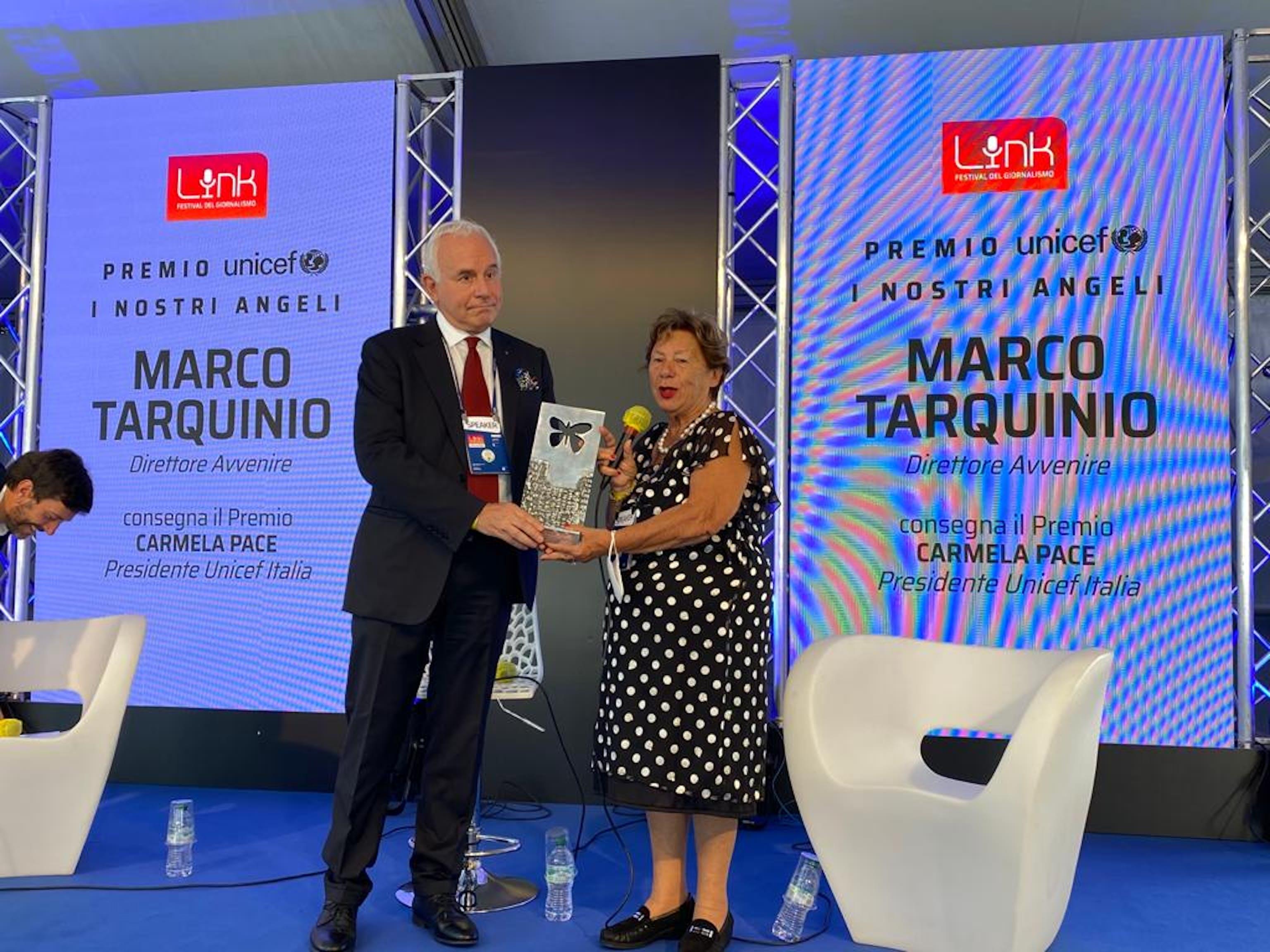 La Presidente dell'UNICEF Italia, Carmela Pace, consegna al direttore di Avvenire, Marco Tarquinio, il premio UNICEF