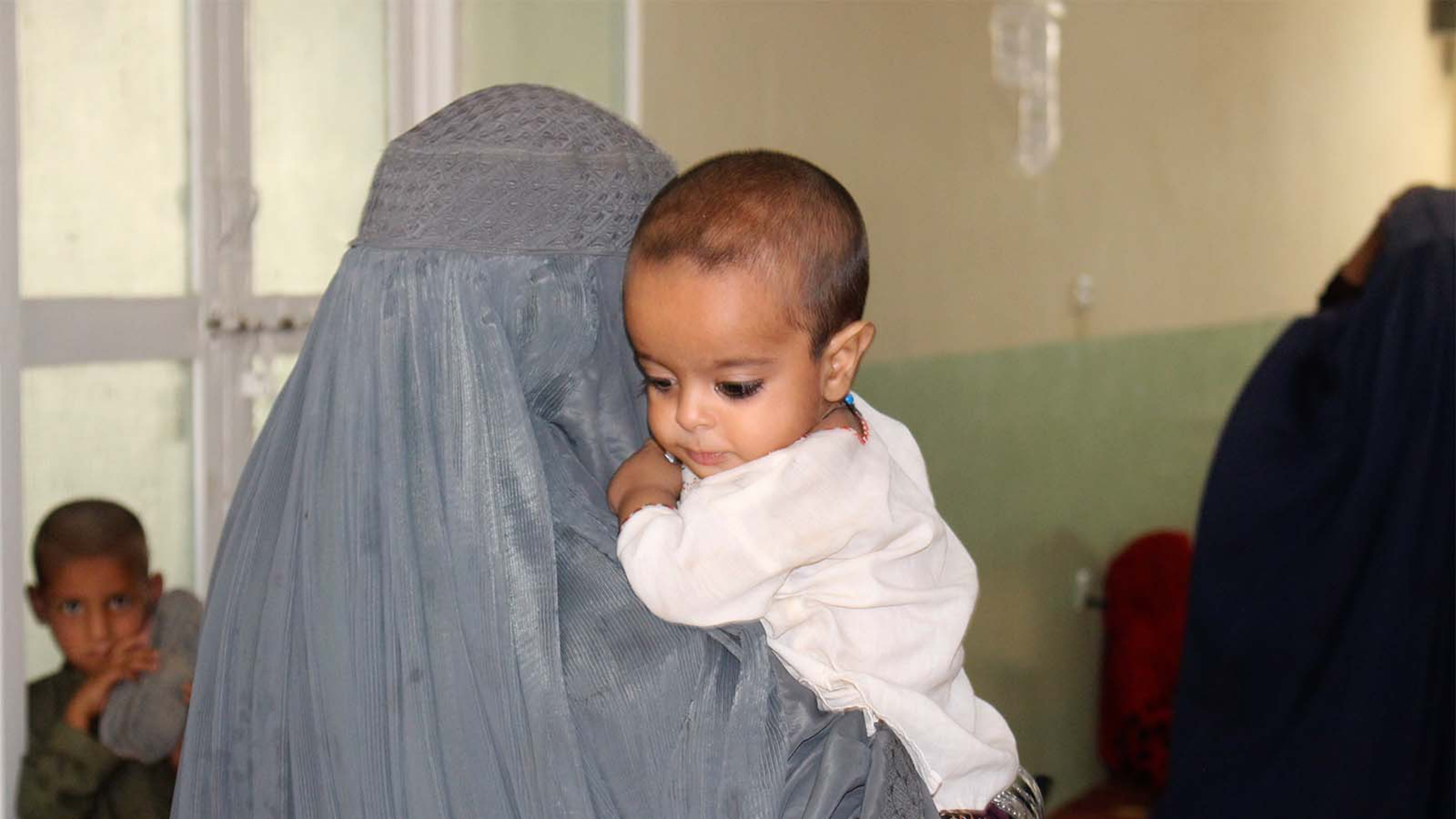 Afghanistan, mamma con bambino nel campo per sfollati a Kandahar