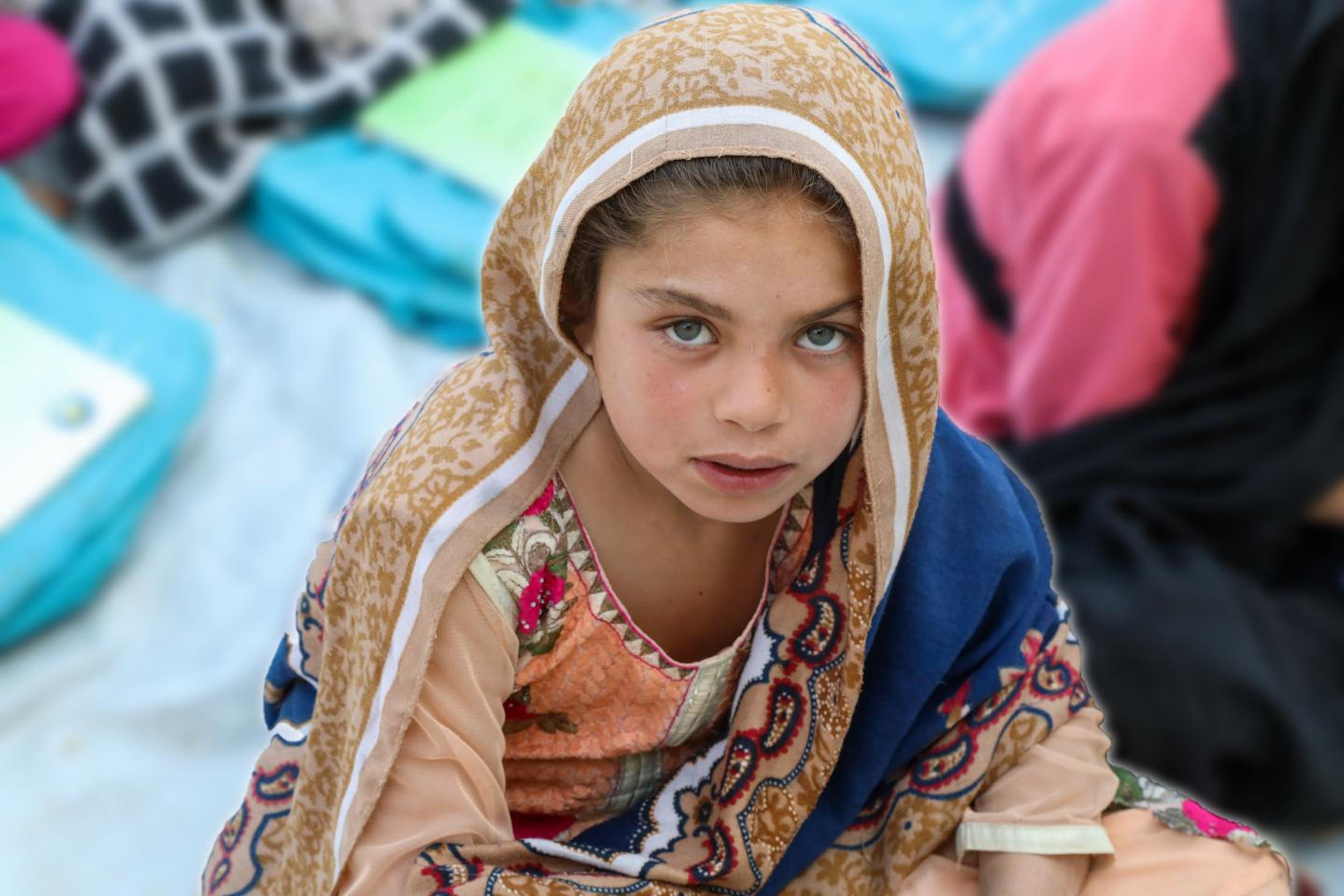 Afghanistan: questa bambina si trova presso il Community Based Education (CBE) di Miirwais Meena supportato dall'UNICEF. Qui i bambini possono ricevere un'istruzione in comunità remote e sottoservite dove non esistono scuole formali e/o si trovano molto lontano dalle loro aree residenziali