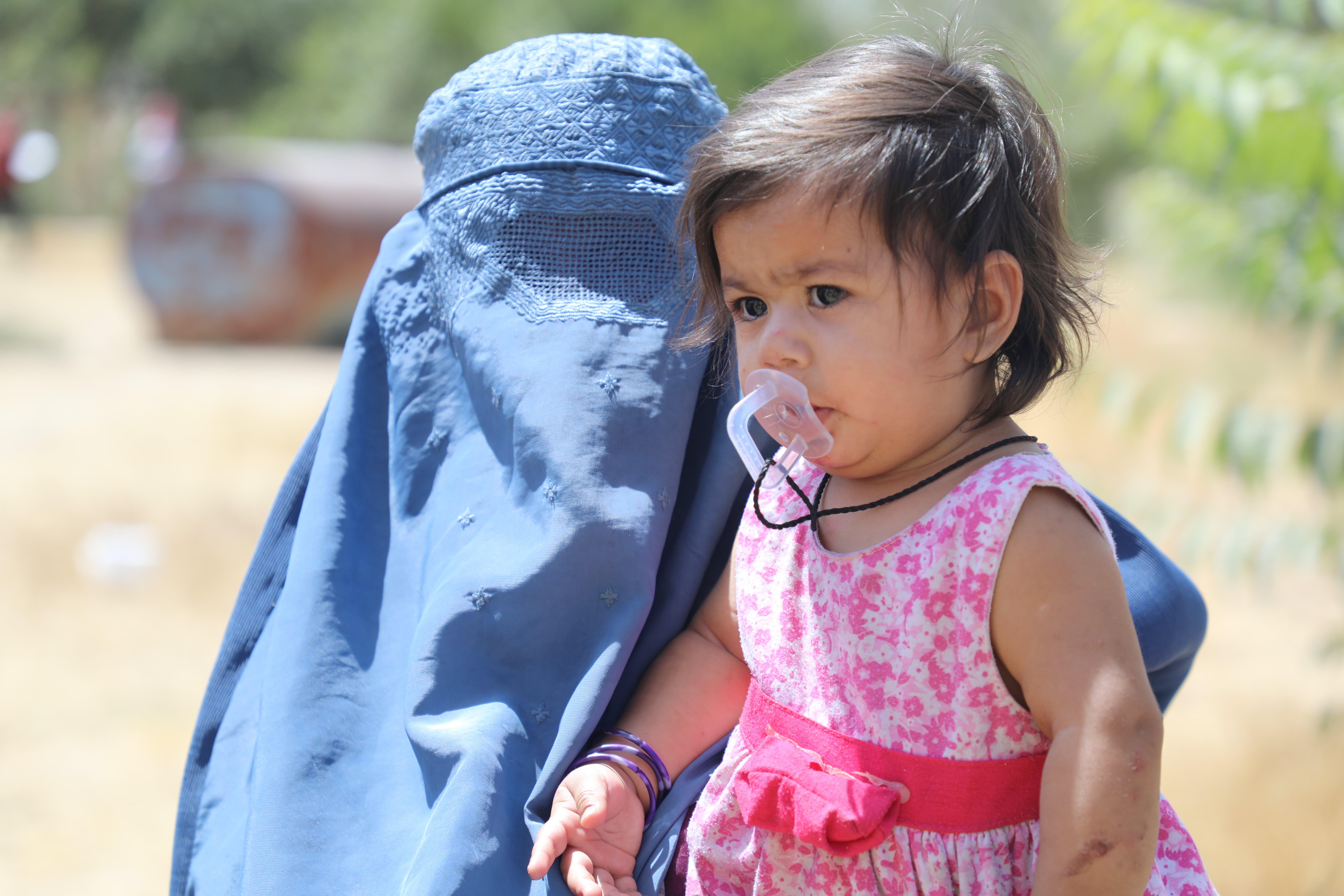 Una bambina con la madre sfollate dalla guerra in Afghanistan