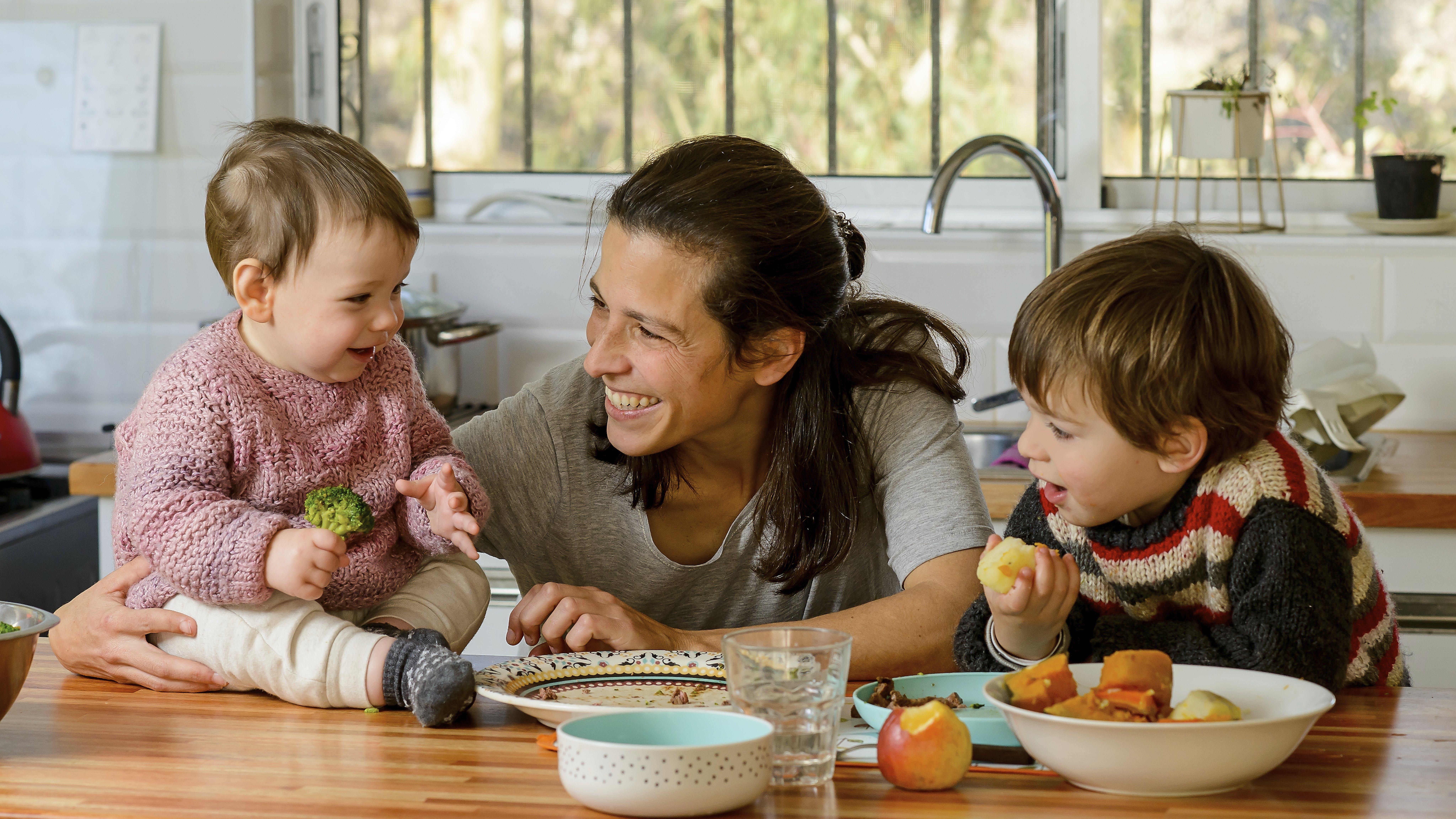 Uruguay - Joaquín, 2 anni, e Clara, 8 mesi, pranzano nella loro casa con la mamma Rosina