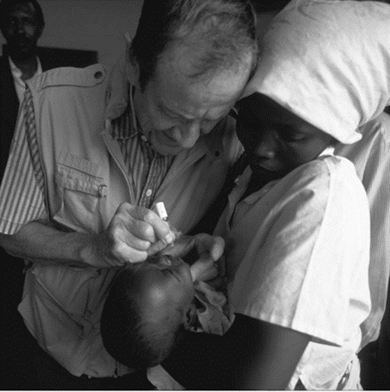 1980, il Direttore Generale James P. Grant somministra  una goccia di vaccino antipolio a un neonato. Siamo a  Myamata, a sud-est di Kigali, Ruanda.