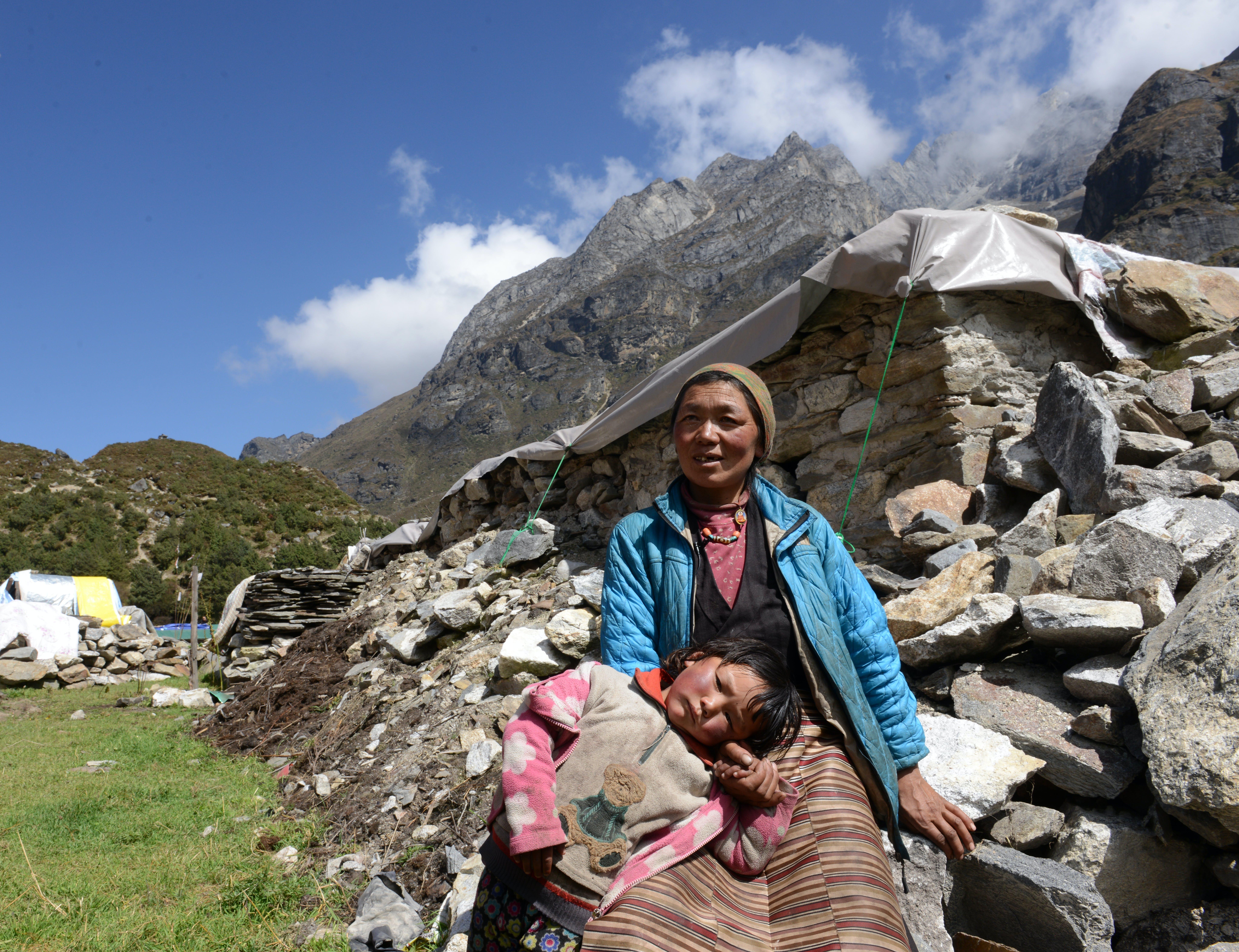2015, terremoto in Nepal. Ang Dolker, 5 anni, e sua madre vedova Daati Sherpa si trovano fuori daloro casa danneggiata dal terremoto nel distretto di Solukhumbu.