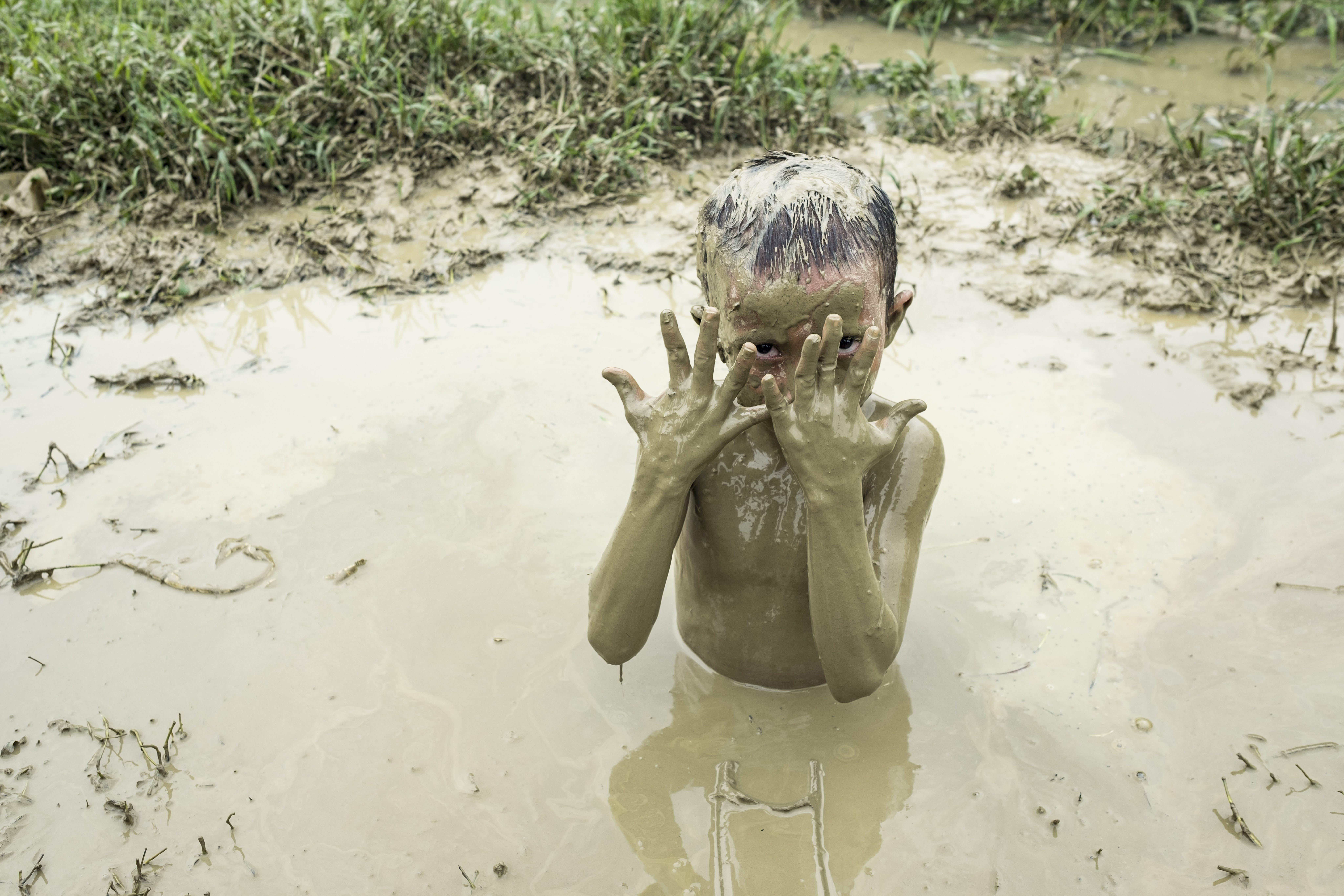 Abu Omair, 5 anni, gioca nel fango in un campo Rohingya a Cox's Bazar. Le piogge monsoniche hanno creato zone fangose in tutti i campi.