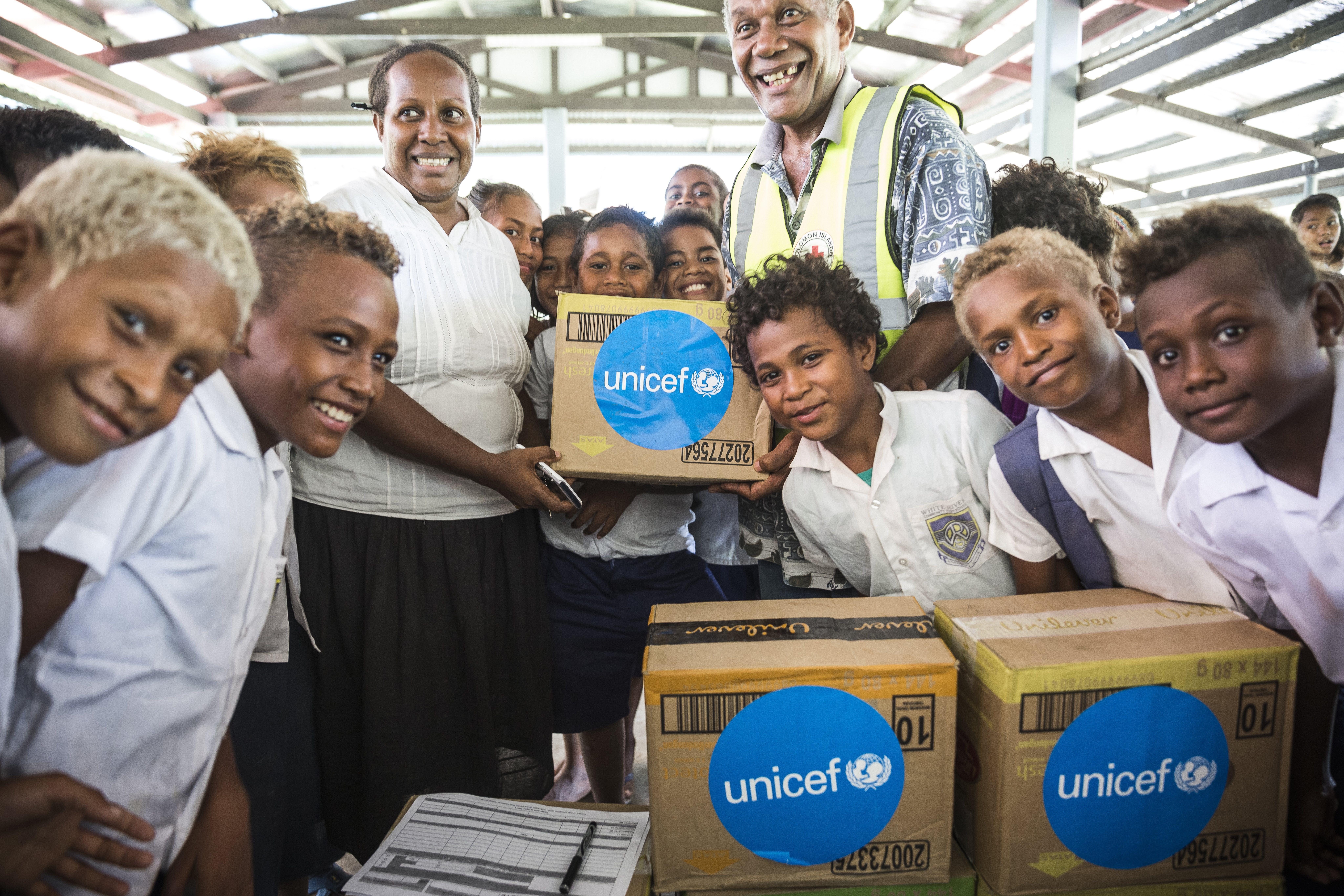 Isole Salomone, un insegnante con i suoi studenti della White River School di Honiara ricevono una fornitura di materiale scolastico e per l'igiene personale