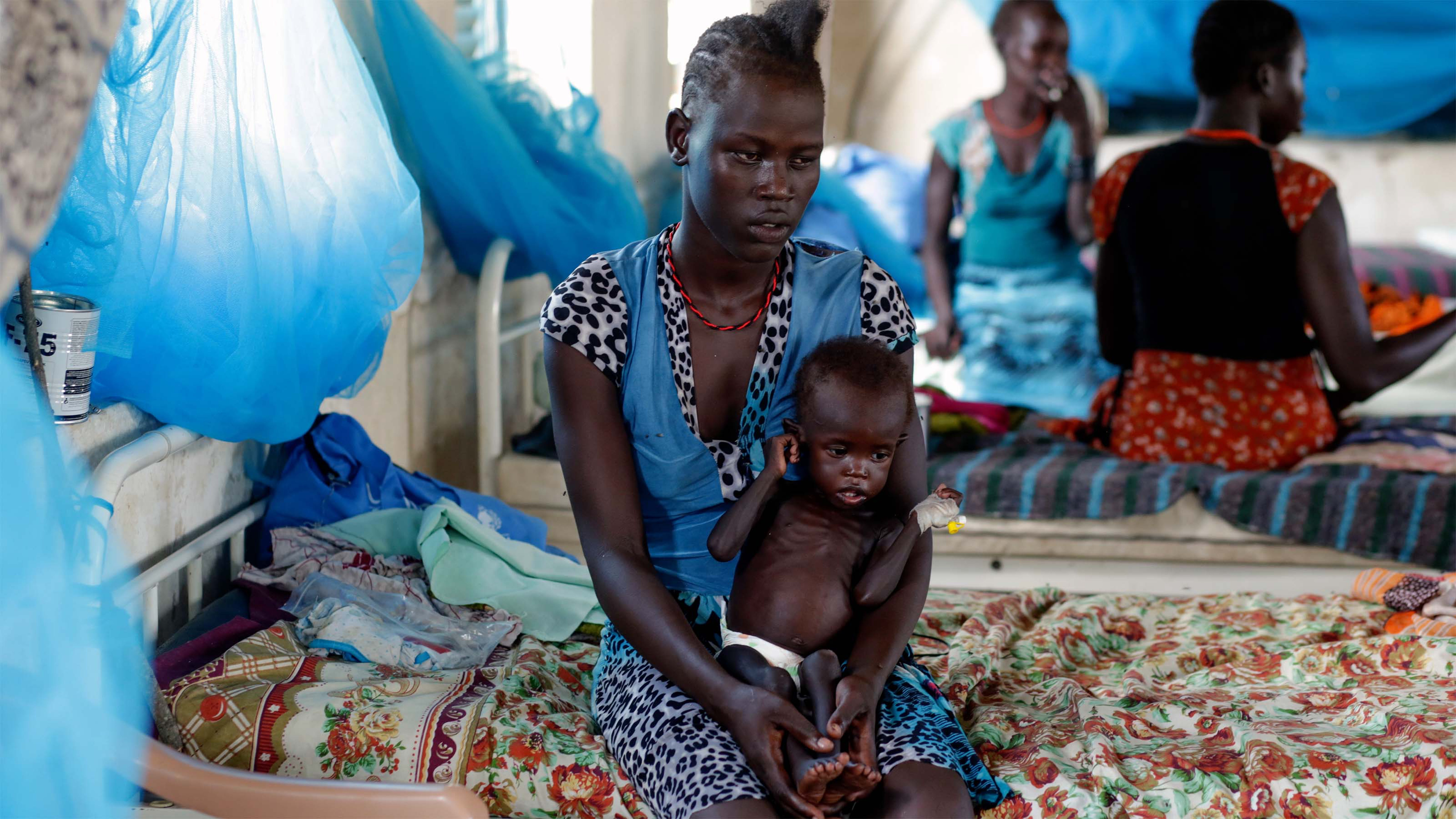 Sud Sudan, 2015. Una mamma con il suo bambino, fuggiti dalla loro casa, sono in cura presso l'ospedale di Pibor