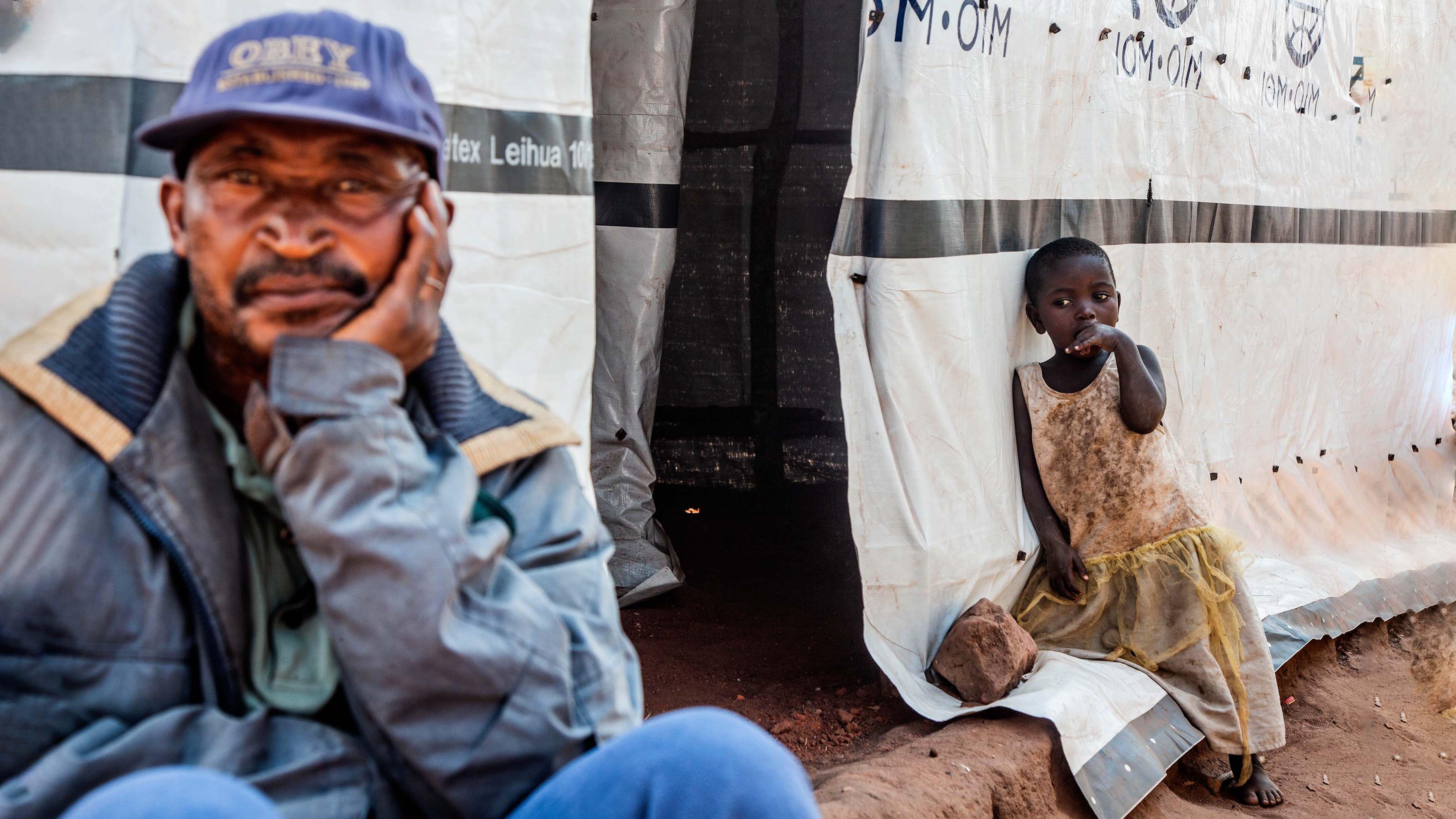 Repubblica Democratica del Congo, 2021. A seguito di un attacco armato al villaggio di Mukumba, nella provincia del Tanganica, questa famiglia insieme a molte altre si è trasferita nella cittadina di Kalemie, dove ha trovato rifugio nei campi per sfollati