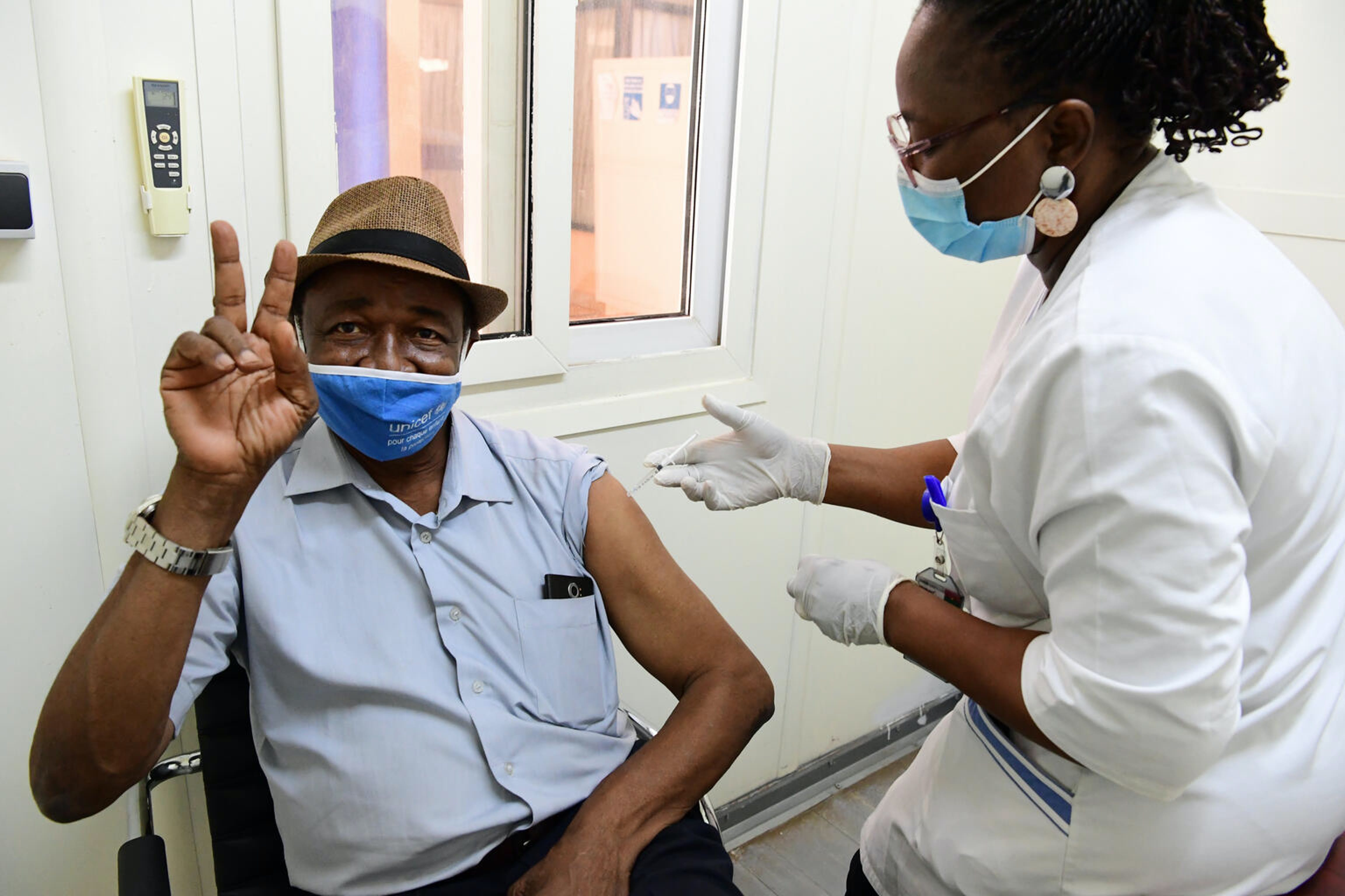 Modeste Yameogo, 63 anni, pensionato ex staff UNICEF mentre si vaccina all'ufficio UN di Ouagadougou, in Burkina Faso.