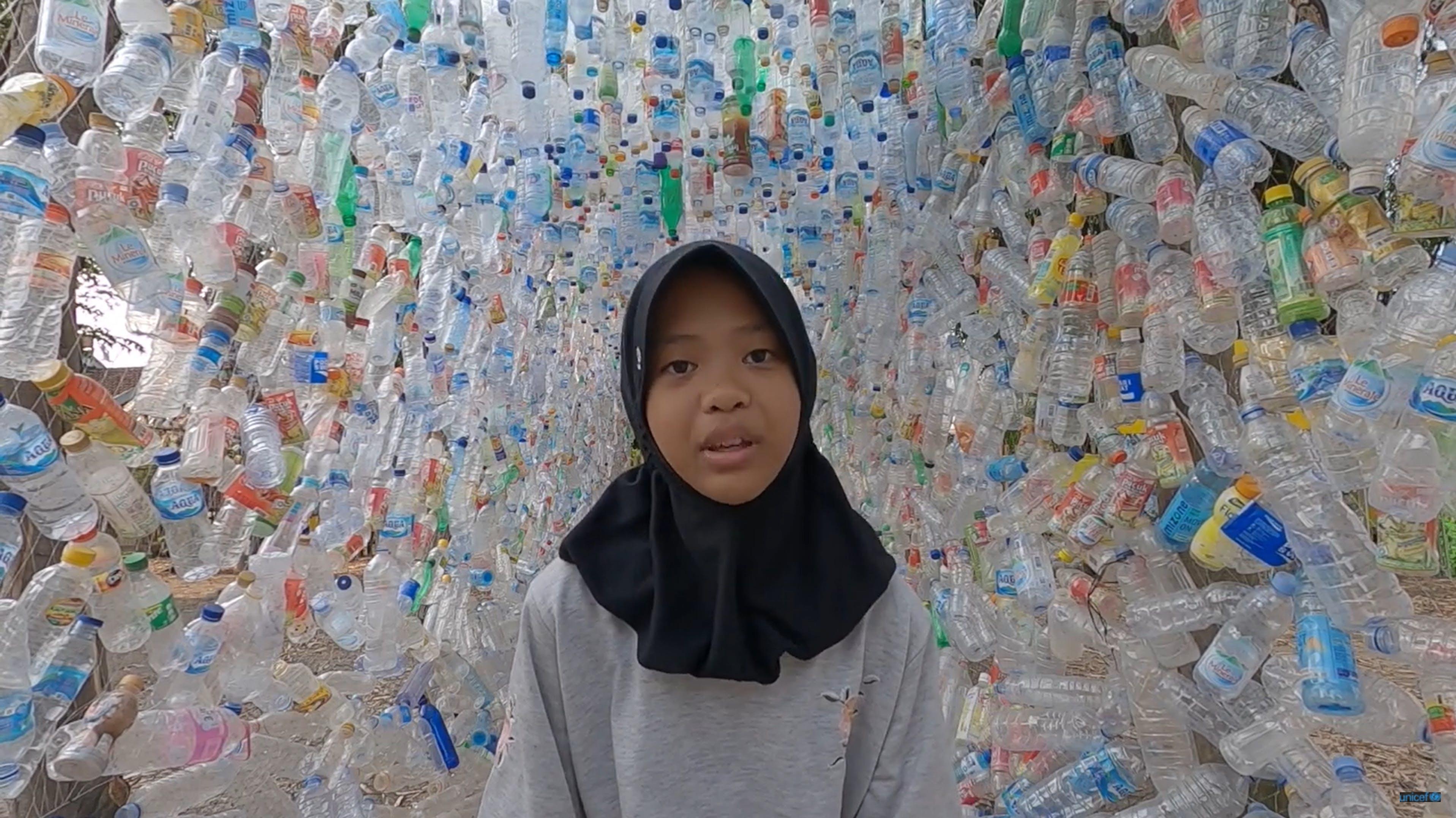 Screen Girls for Future, bambina tra bottiglie di plastica
