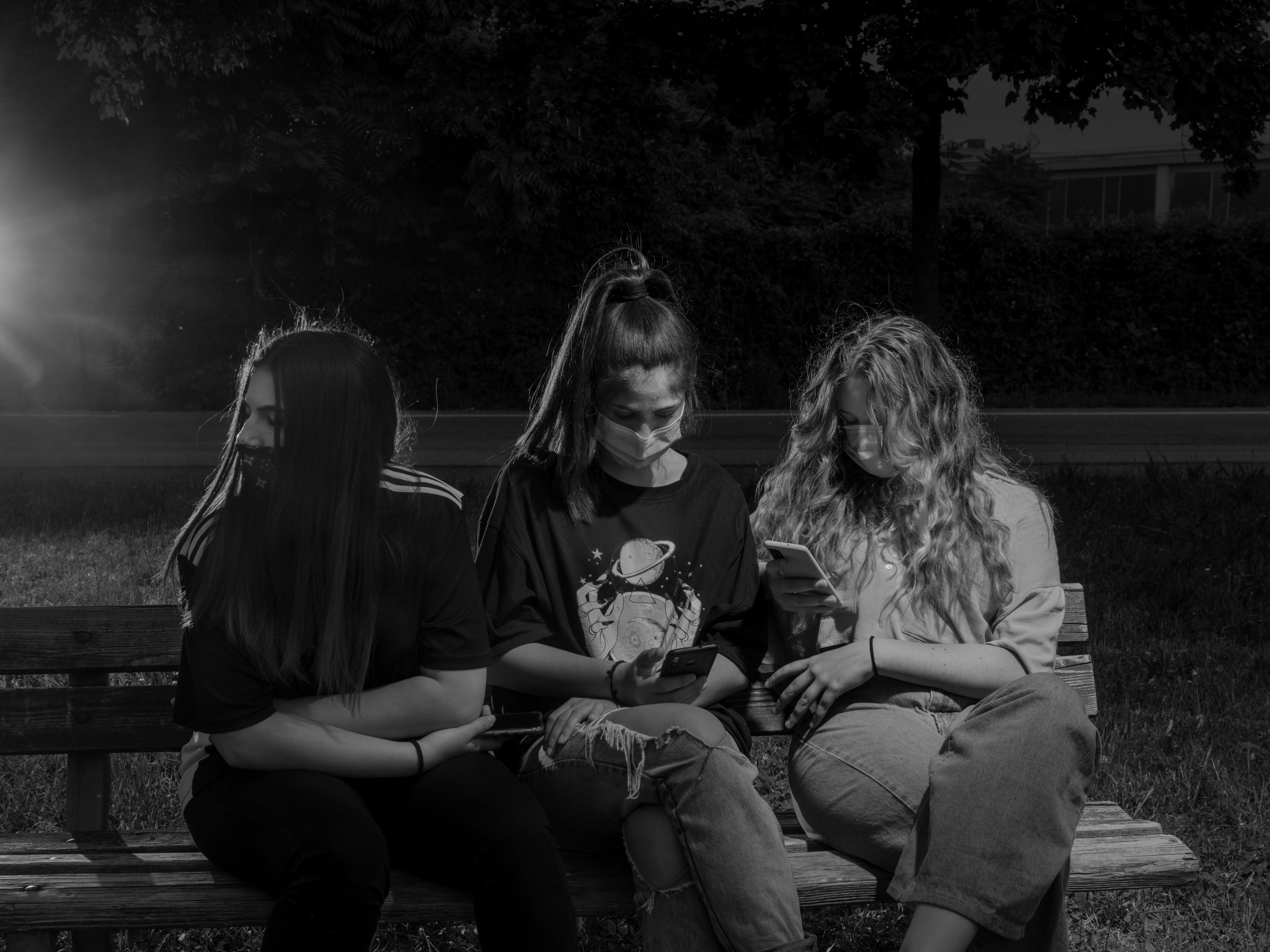 Anna siede con le sue migliori amiche, Clarissa e Chiara, nel parco vicino alla casa di Anna.