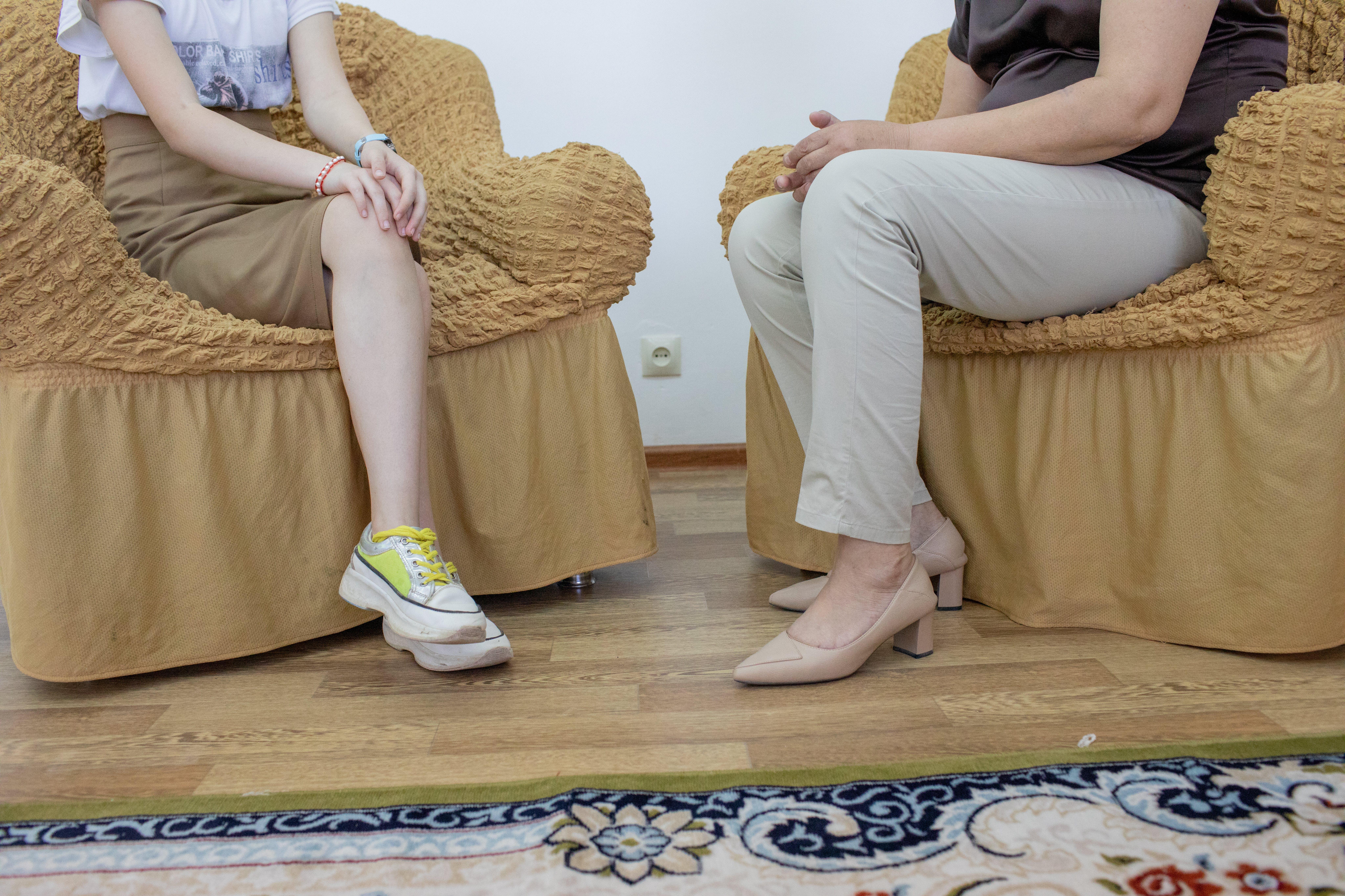 Dina, 14 anni, e la psicologa dell'educazione Liza Palmanova, 51 anni, parlano durante una sessione nell'aula di psicologia di una scuola a Kyzylorda, in Kazakistan, nell'ambito del Programma per la promozione della salute mentale degli adolescenti e la prevenzione del suicidio (AMHSP) .
