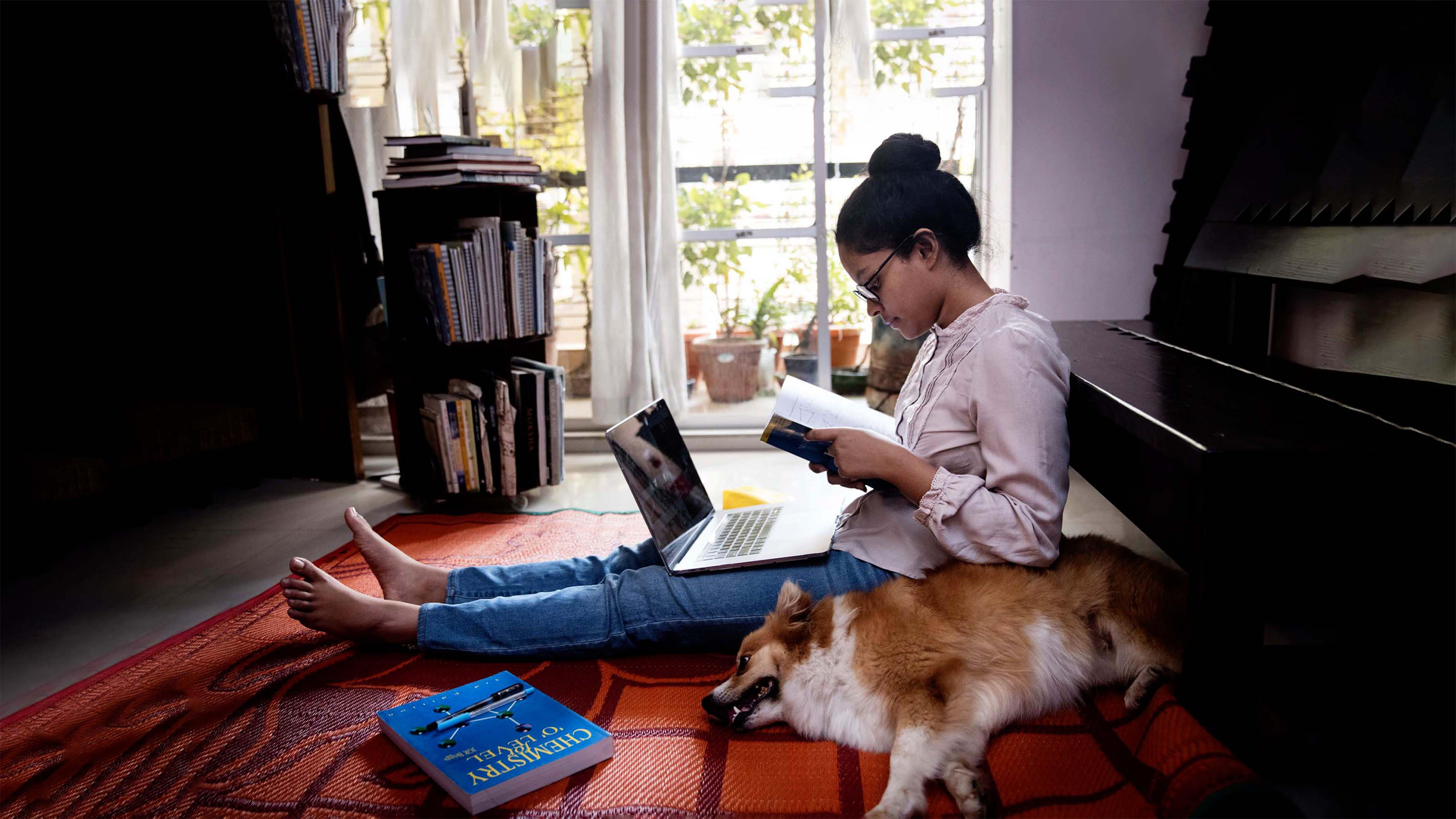 Un adolescente di 10 anni studia a casa davanti al pc