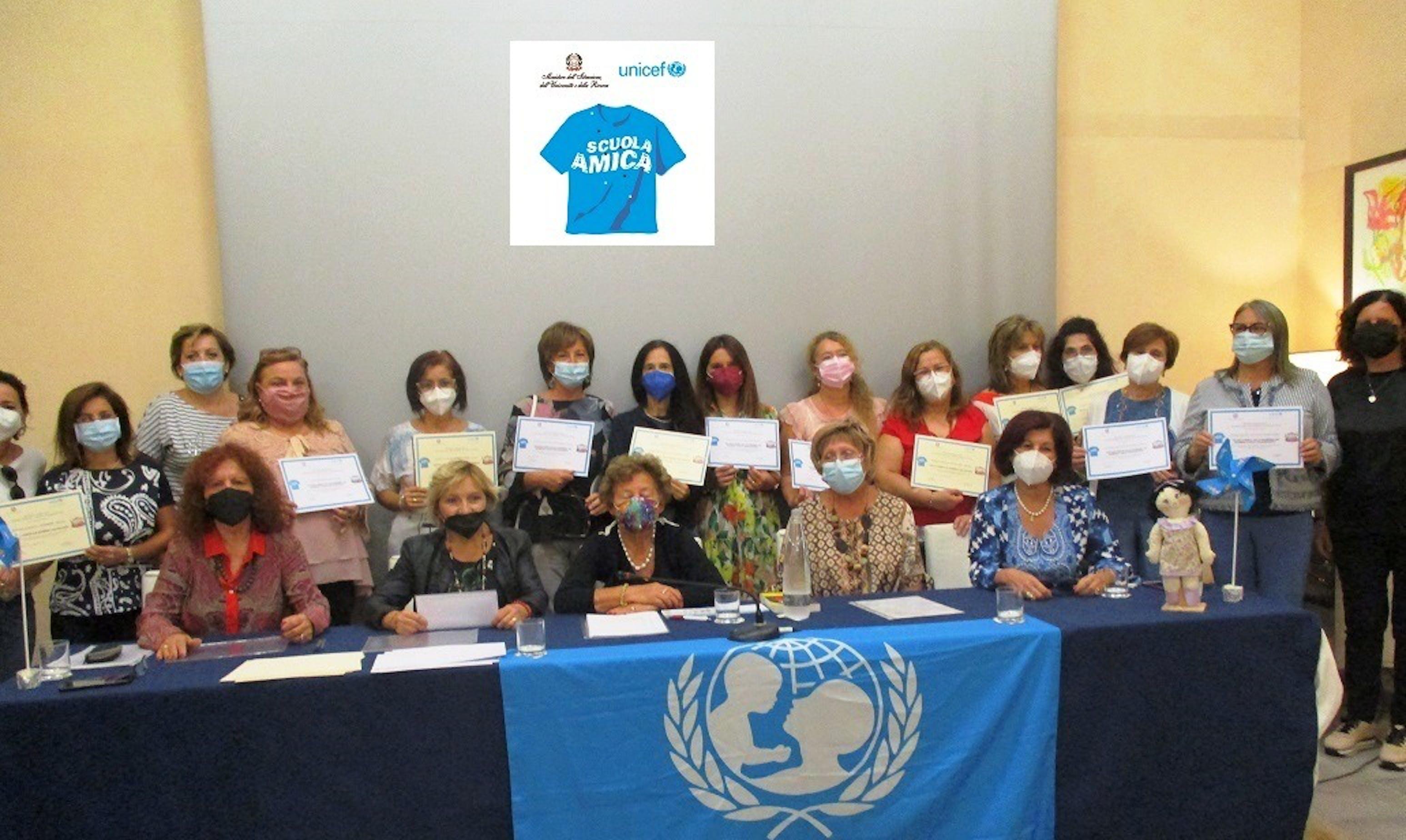 Un momento dell'evento: al tavolo sedute Angelica Romano, Carmela Spedale, Carmela Pace, Pina Cannizzo e Caterina Galasso e, in piedi, i Dirigenti Scolastici ed i Referenti UNICEF