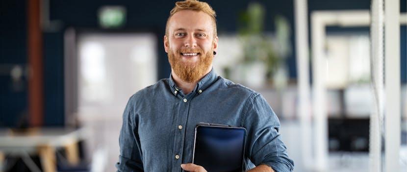 Happy medewerker met nieuwe tablet
