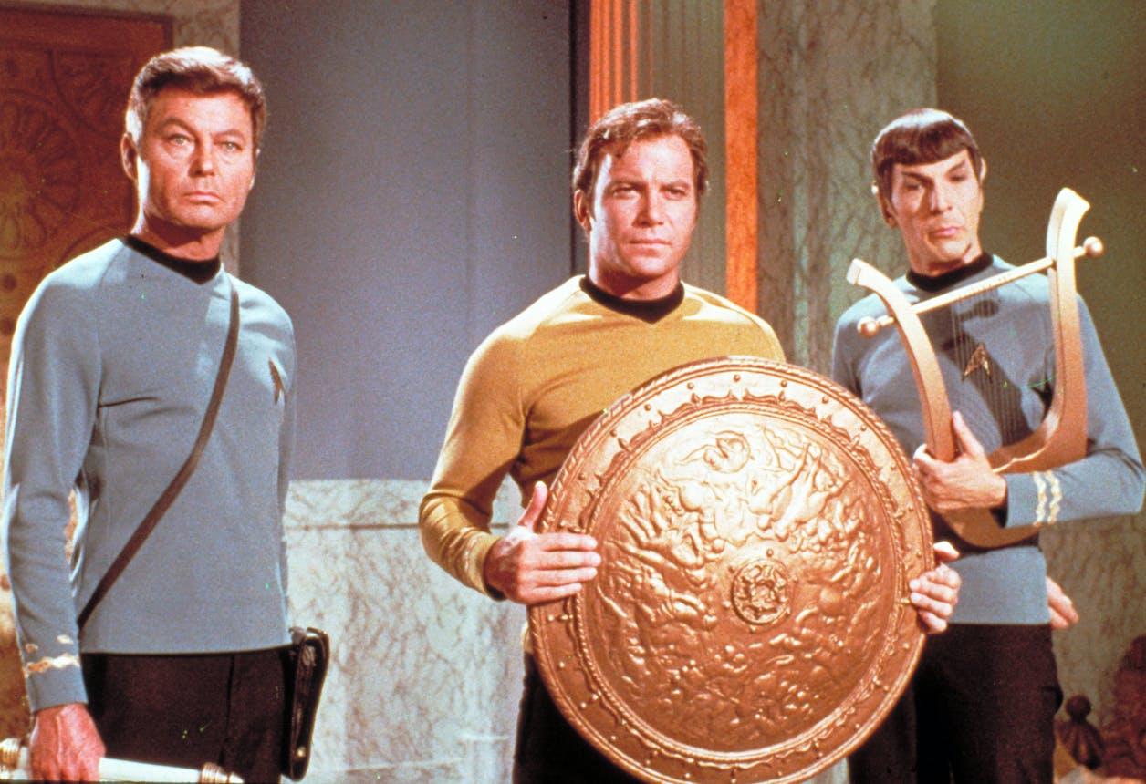 (v.l.n.r.) Dr. McCoy (DeForest Kelley); Capt. James T. Kirk (William Shatner); Spock (Leonard Nimoy) (c) Paramount Pictures