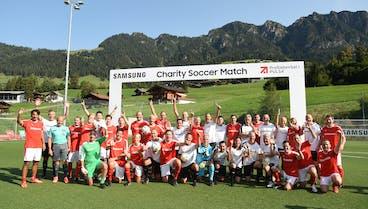 Forum Alpbach: Benefiz-Fußball bei Wirtschaftsgesprächen, Zwölf junge Menschen durften nach Alpbach dank Charity Soccer Match der ProSiebenSat.1 PULS 4-Gruppe und Samsung