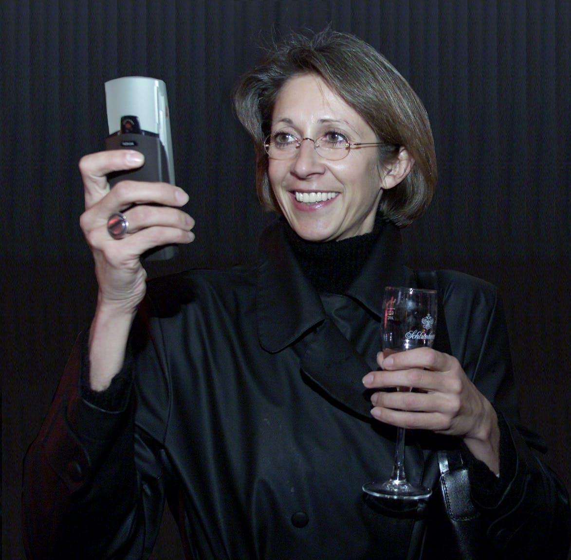 Stefanie Bleil, stellvertretende Geschäftsführerin SevenOne Media Austria, beim SMS-Senden.