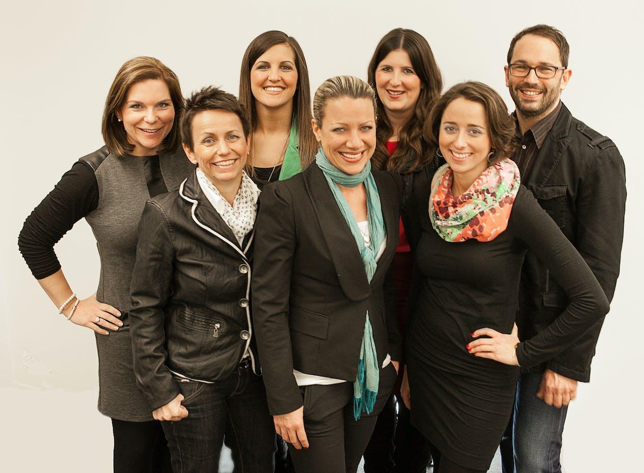 hintere Reihe von links nach rechts: Claudia Krügel, Karin Kainzbauer, Ulrike Sigl, Jan Hosa, vordere Reihe von links nach rechts: Simone Sperrer, Nina Consemüller, Stephanie Pasquali-Campostellato