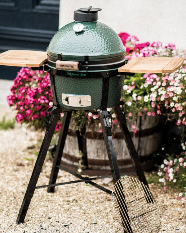 Big Green Egg MiniMax in a Foldable Stand with Acacia Shelves