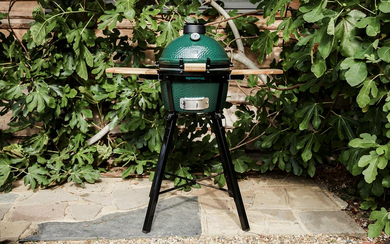 MiniMax Big Green Egg in a Foldable Stand with Acacia Shelves