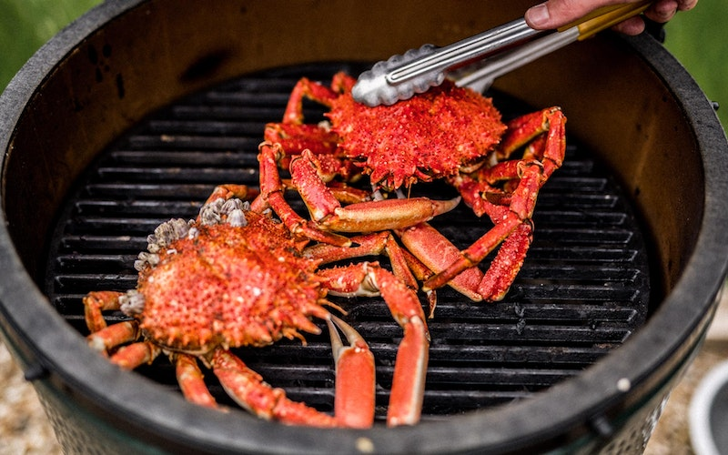 Large Big Green Egg Cast Iron searing grid grilling crabs