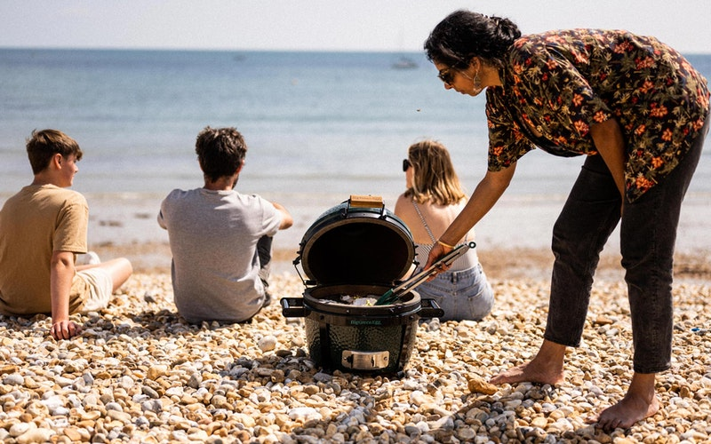 MiniMax cooking scallops on the beach | Big Green Egg