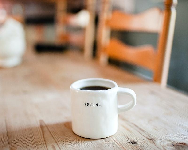 Tafel met koffiekopje met tekst begin