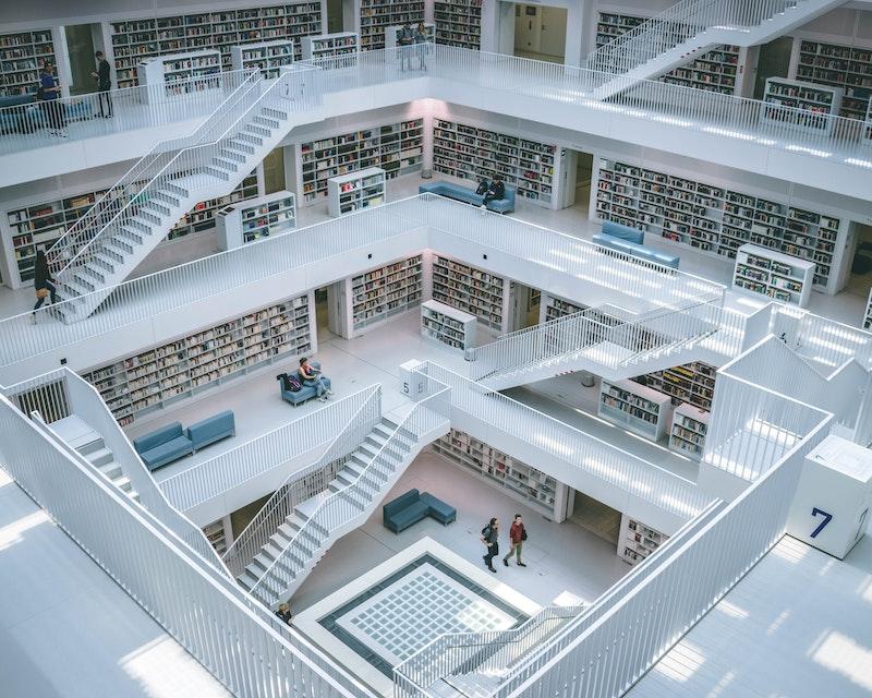 Sfeerfoto van een bibliotheek met meerdere verdiepingen en ruimte vide
