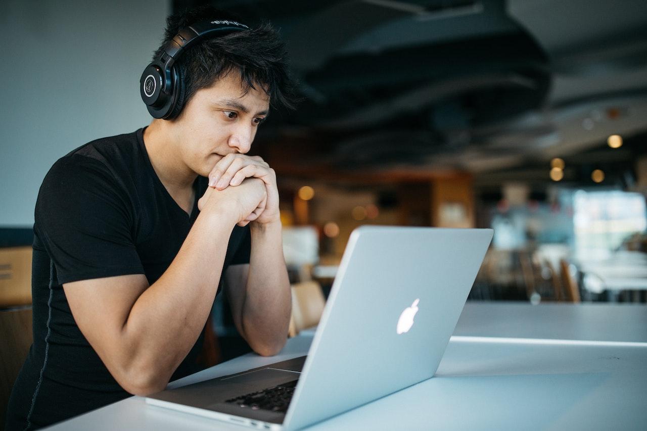 Man geconcentreerd achter een laptop