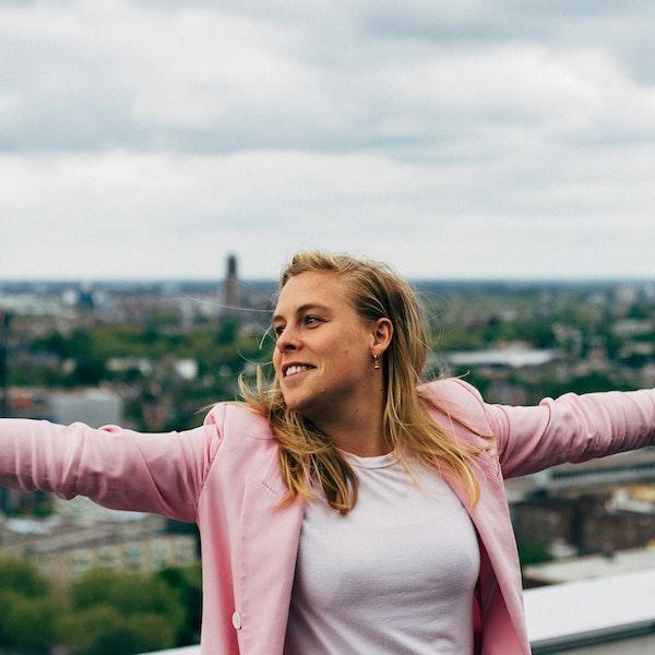 Collega op het dakterras met uitzicht over Utrecht