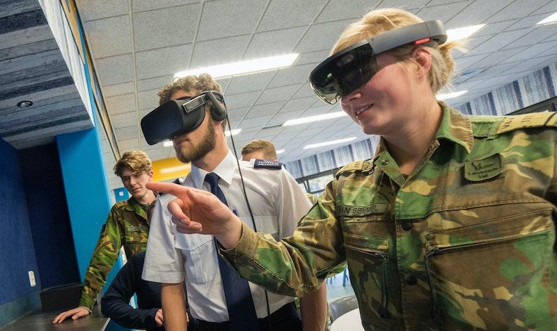 militairen oefenen met VR en AR brillen op