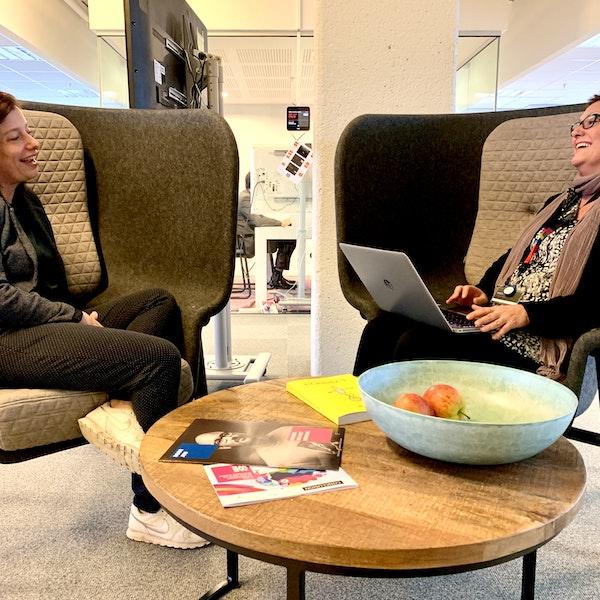 Claire en Nanda op kantoor