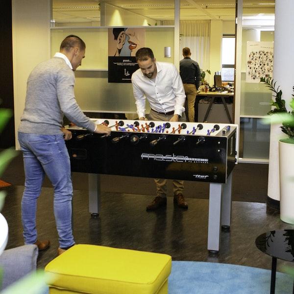 Twee mannen fanatiek aan het tafelvoetballen
