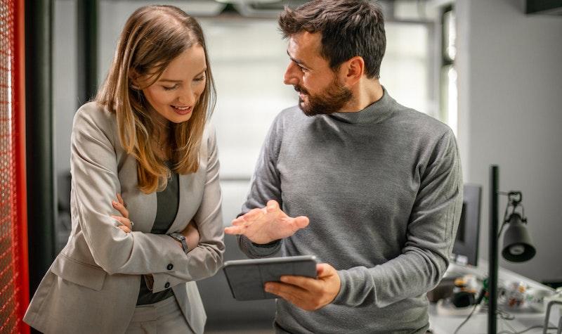 Man en vrouw bespreken iets met elkaar