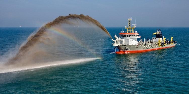 Baggerschip van Boskalis aan het werk
