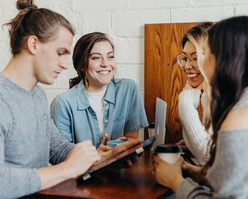Jonge mensen met devices