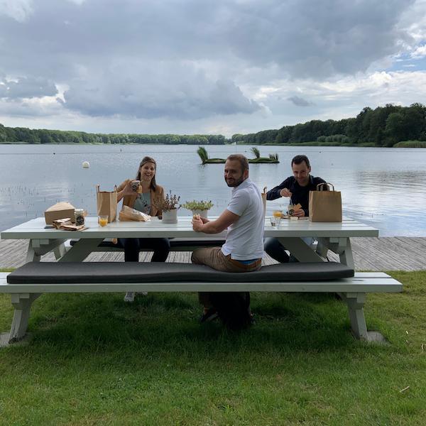 CAS Kantoordag juli 2020 picknicktafel aan het water