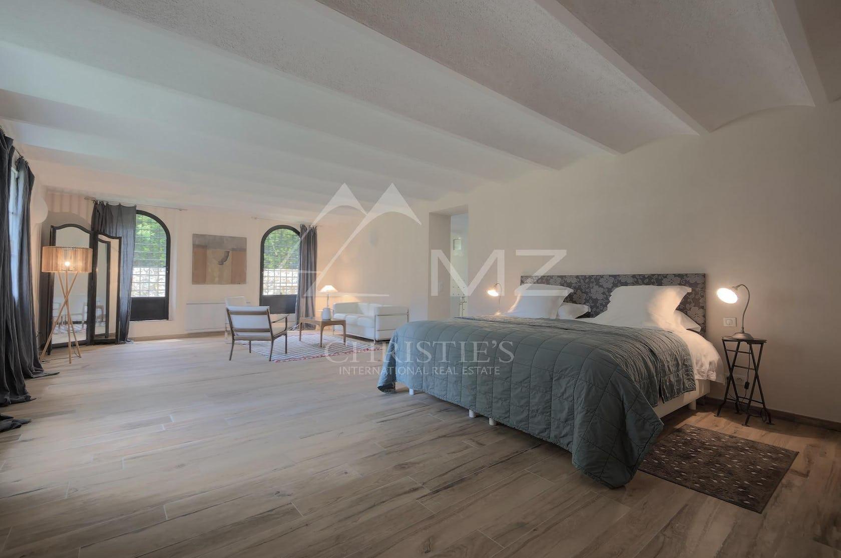 flooring floor wood hardwood interior design indoors bed furniture room