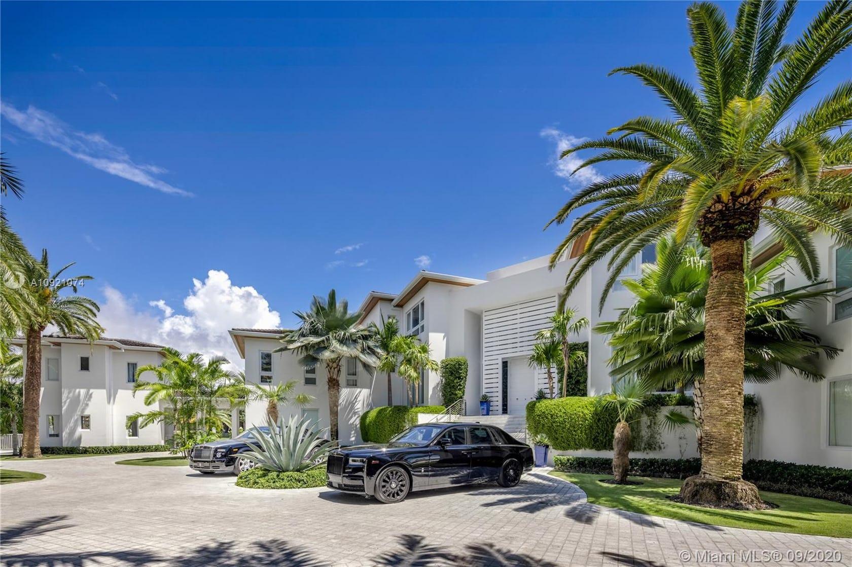 villa housing house car tree plant vegetation outdoors summer palm tree