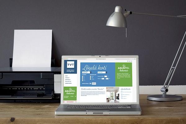 Kannettava tietokone työpöydällä