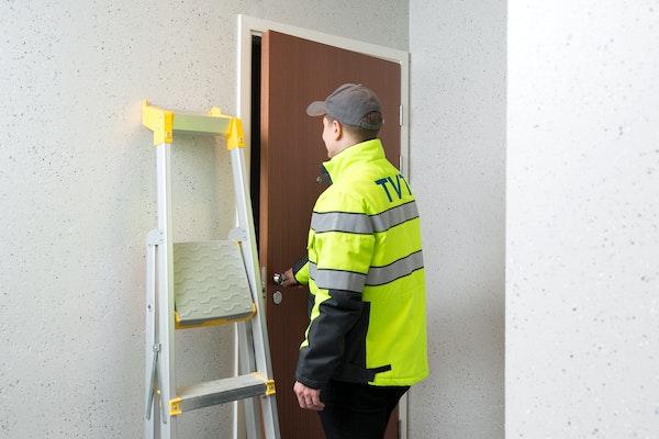 TVT:n huoltomies avaamassa vuokra-asunnon ovea