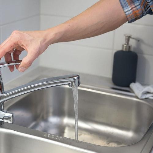 Kuvassa keittiön hana josta lasketaan vettä altaaseen