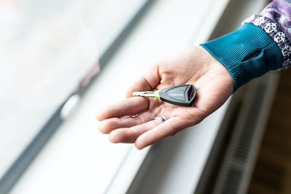 Vuokra-asunnon avain naisen kädessä