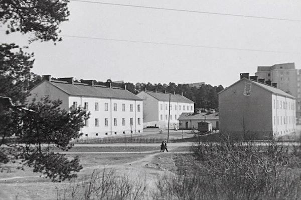 """Mäntymäki I:en ympäristö kuvattuna Sikaojanpuiston suunnalta vuosina 1957 ja 1958. Taaimpana kuvassa ovat juuri valmistuneet valmistuneet seitsenkerroksiset kerrostalot. Etualalla vasemmalla """"kaksurit"""" ja vasemmalle """"kolmurit"""". Kuva: TMK"""