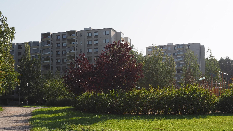 Kuvassa vuokrakerrostaloja Härkämäessä, edustalla puisto