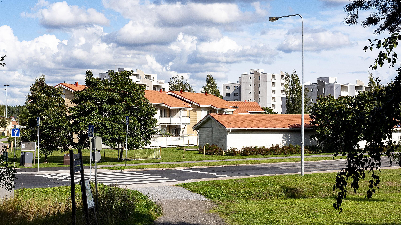 Kuvassa rivitaloja ja taustalla vuokrakerrostaloja Kohmontien varrella