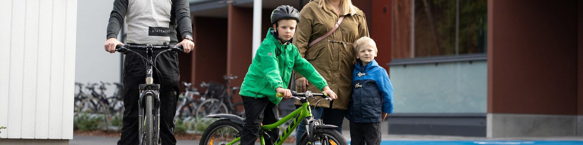 Perhe talon pihalla polkupyörien kanssa