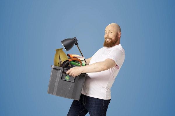 Pertti kantaa tavaroita.