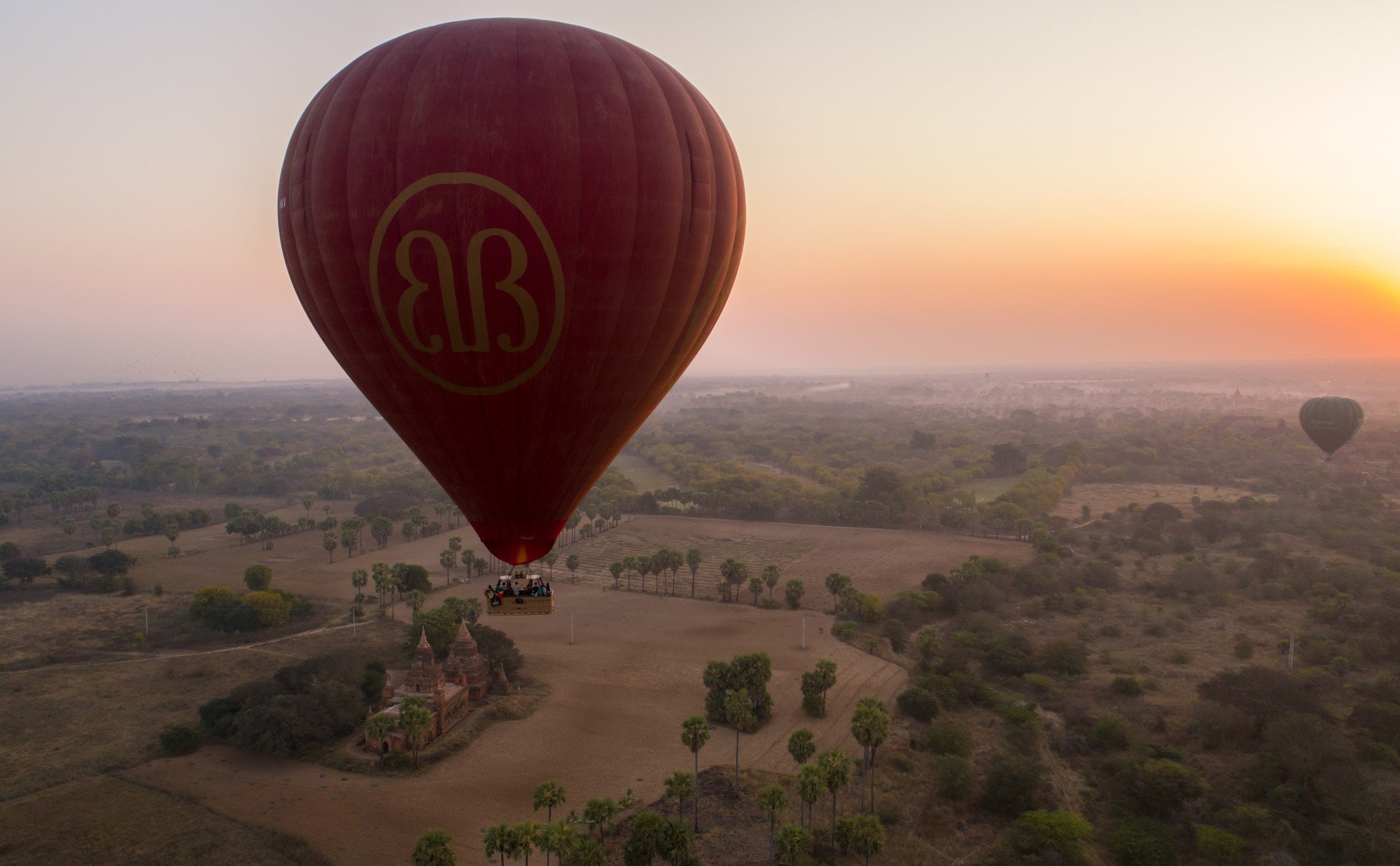 ball,balloon,transportation,aircraft,hot air balloon,vehicle